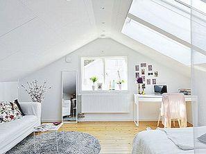 Puhas valge väike pöönine korter, kus elavad värvilised popid