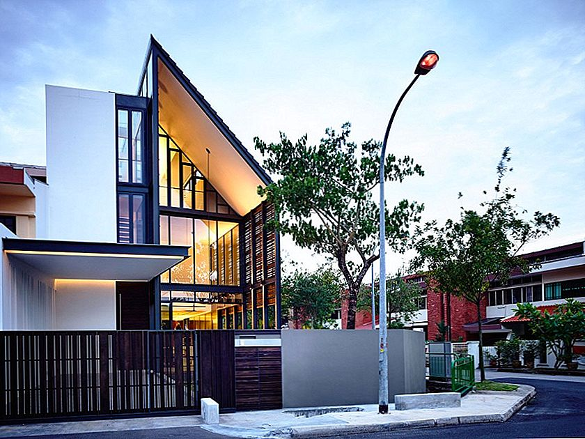 Corner Terrace House Clad i Timber Skärmar: Lines of Light Residence i Singapore