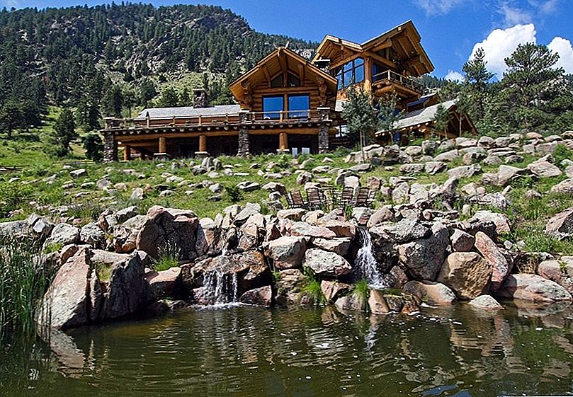 Imposing Log House i Colorado Mirroring Utsikt over Spectacular Rocky Mountains