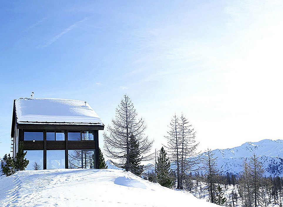 Mirroring the Solitude of a Fresh Mountain Omgeving: Chalet Camelot