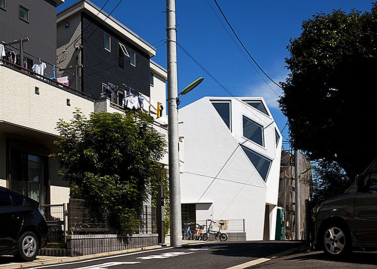 Polyhedral Monoclinic House tilpasset Urban Setting ved Atelier Tekuto