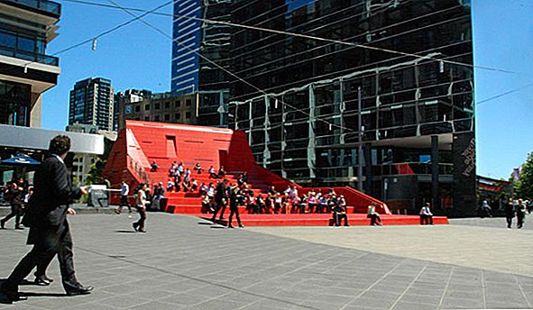 Red Stair en Vent Sculpture in Melbourne door Marcus O'Reilly Architects
