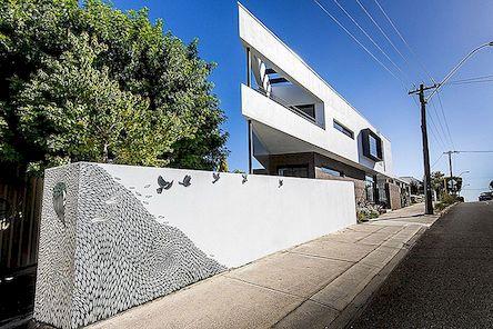 Trikampio formos rezidencija, kuri kūrybiškai pastatyta mažuose lotynuose Australijoje: Mount Lawley namas
