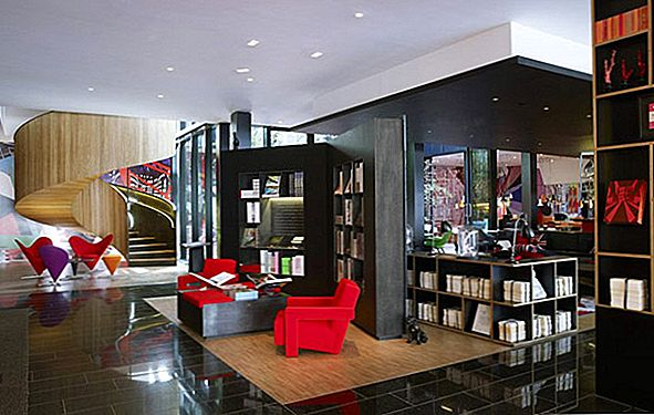 Inne i Colorful and Refined CitizenM Hotel i London