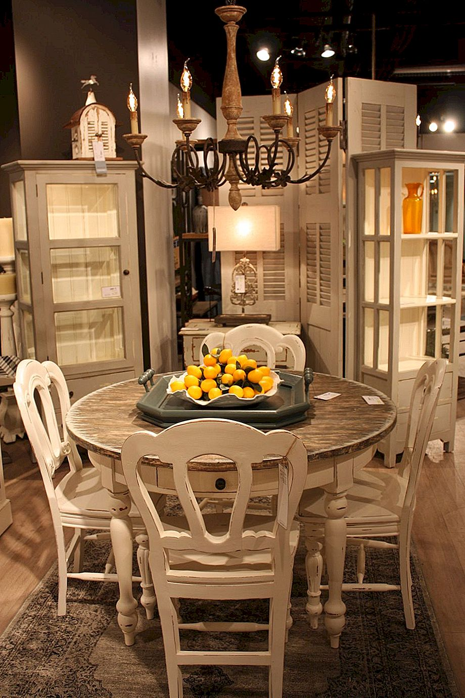 Secrets Behind Distressed Furniture och Shabby-Chic Decors